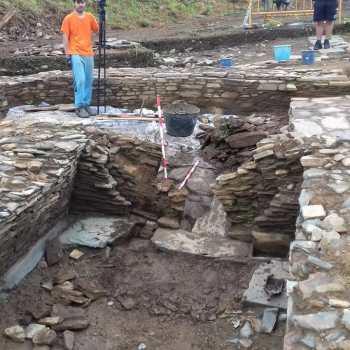 """Continuan os traballos de escavación e consolidación da """"pedra formosa"""" do castro do Sarridal"""
