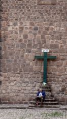 12 cusco catedral man cross