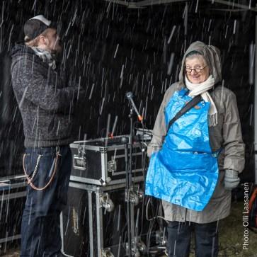 Tikke Tuura odotti vain hetken sateen suojassa kunnes taas ryntäsi työn ääreen
