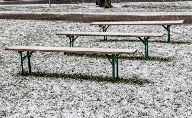 Nyt sää karkoitti istujat penkeiltä.