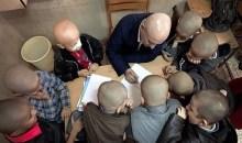 Ιράν: Δάσκαλος ξύρισε το κεφάλι του προς συμπαράσταση σε έναν μαθητή του