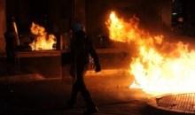 Άγνωστοι επιτέθηκαν με μολότοφ στα ΜΑΤ έξω από τα γραφεία του ΠΑΣΟΚ