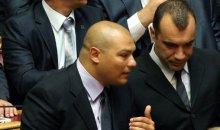 Με χειροπέδες στη Βουλή δυο προφυλακισμένοι βουλευτές της Χρυσής Αυγής