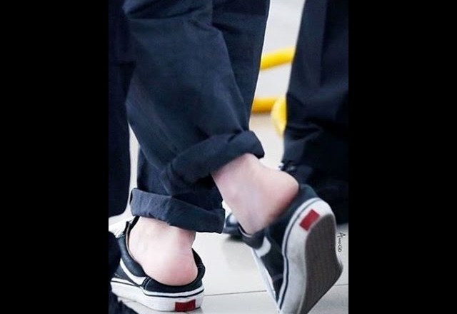 G-Dragon & his shoes (new fashion trend) (FM in Tianjin 05.06.2016)
