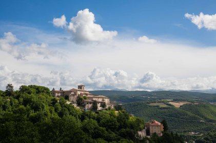 Veduta italiana con borgo