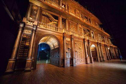 L'enorme libreria (finta) che accoglie i visitatori al Padiglione zero, quello introduttivo. Di grande impatto scenico.