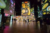 Alle pareti, lastre di spezie affogate in una resina, creano un mosaico coloratissimo.