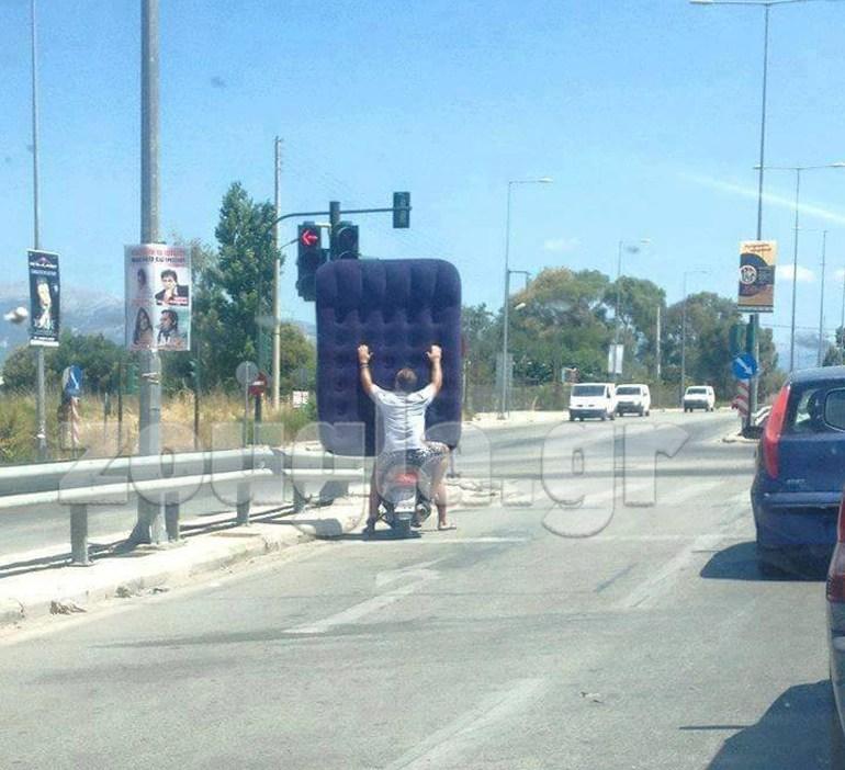 Η απίστευτη φωτογραφία με τον οδηγό που μεταφέρει ένα στρώμα πάνω στο παπάκι που τα σπάει στο ιντερνετ