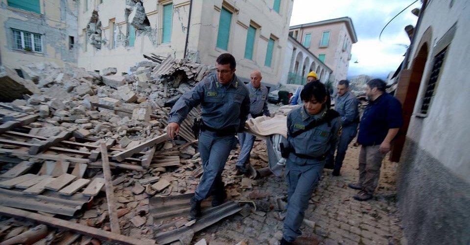 Σκάβουν με γυμνά χέρια στα χαλάσματα-Στους 14 οι νεκροί από τον Σεισμό #σεισμός #earthquake