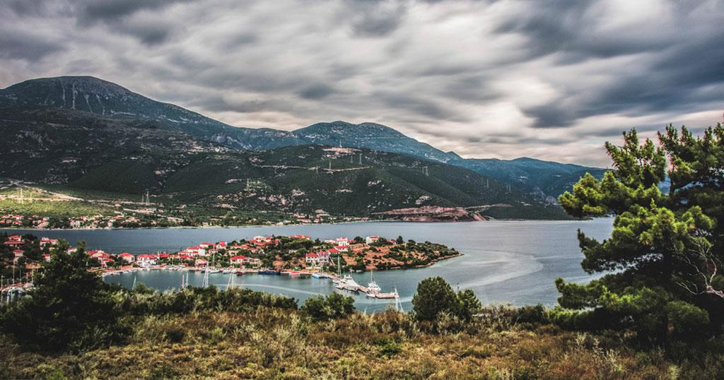 Το άγνωστο μαγικό νησάκι που είναι το μόνο που κατοικείται στον Κορινθιακό κόλπο
