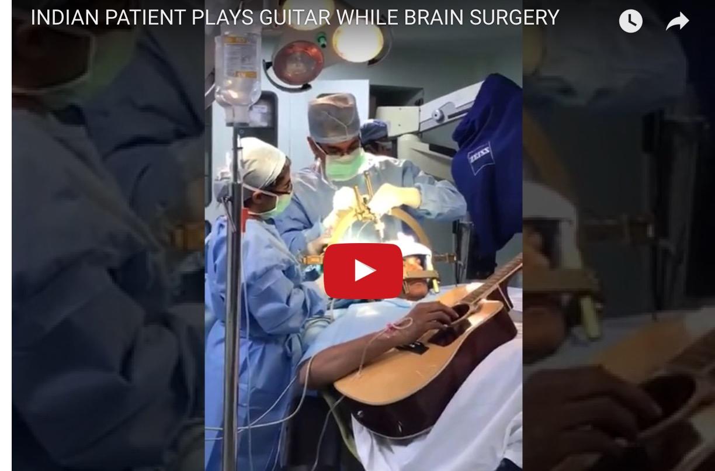Απίστευτο: Έπαιζε κιθάρα την ώρα που τον χειρουργούσαν στον εγκέφαλο! (Video)