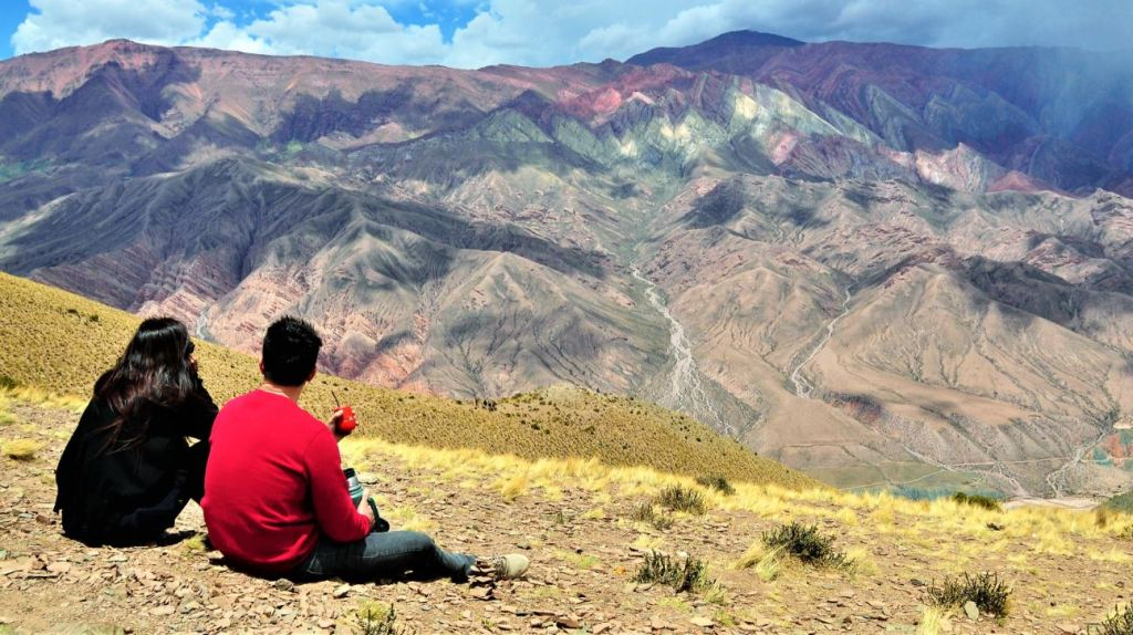 mate devant paysage grandiose en argentine humahuaca