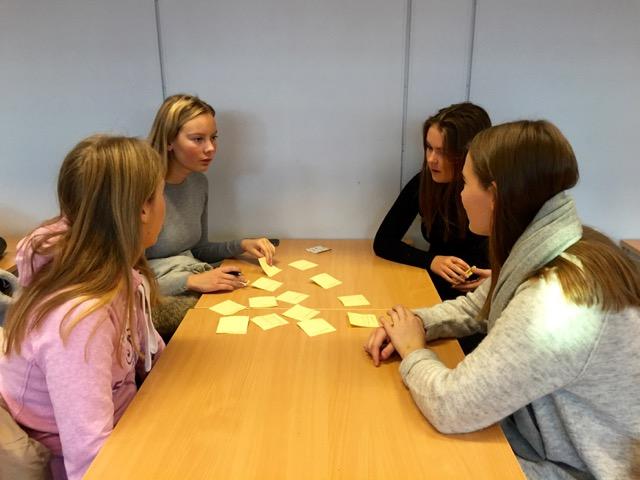 Elevene ved Nøtterøy vgs noterte ulike ideer på gule lapper før de bearbeidet dem i grupper.