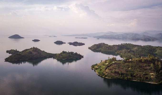 paysage entre montagnes et lac au Rwanda