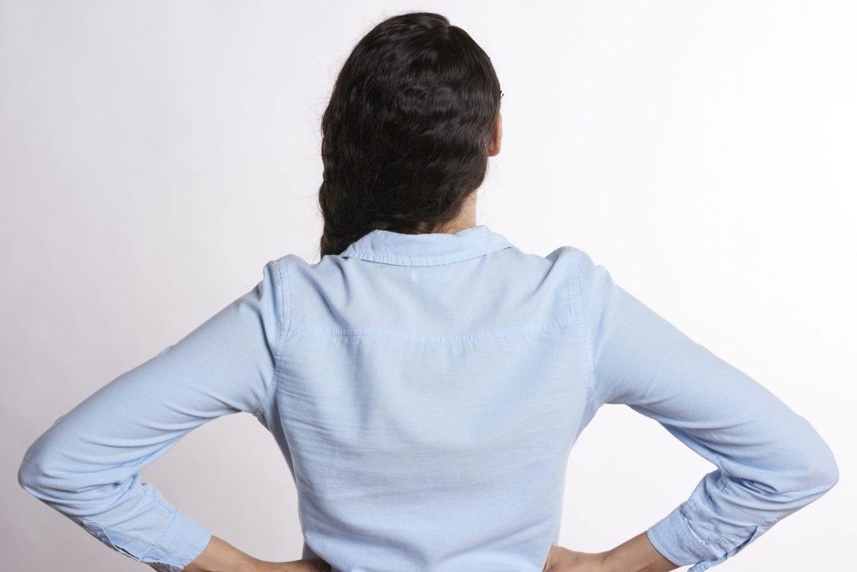le fait de maintenir les lombaires par les mains peut indiquer une douleur du bas du dos, donc une lombalgie