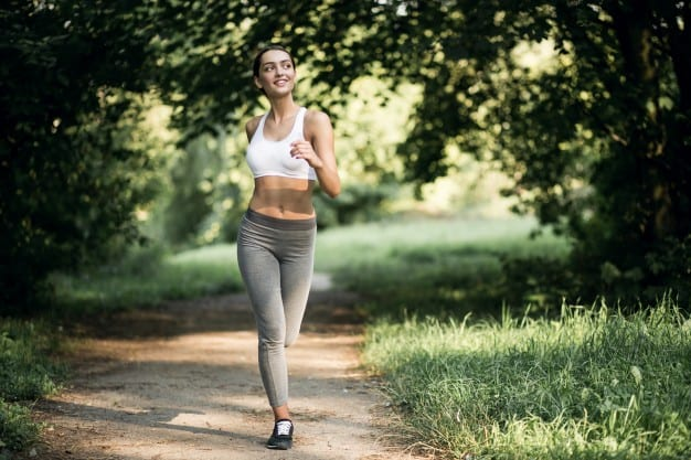 La marche est une activité simple, bénéfique pour la santé et qui peut vous aider à mieux courir… Découvrez comment !