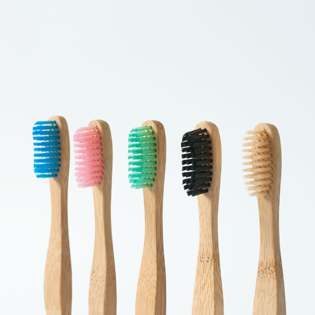 ©thebamandboo, la brosse à dents en 5 couleurs