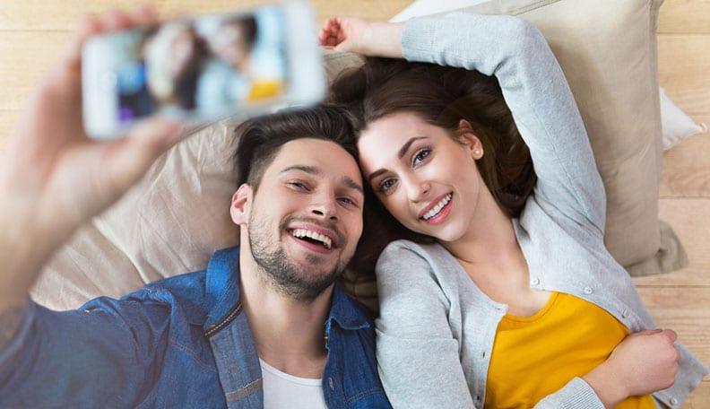 homme et femme qui s'amusent en se prenant en photo