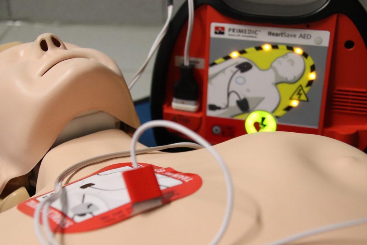 mannequin et défibrillateur