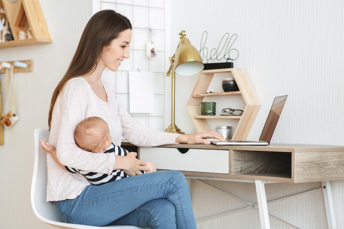 mère rédactrice web avec son enfant dans les bras