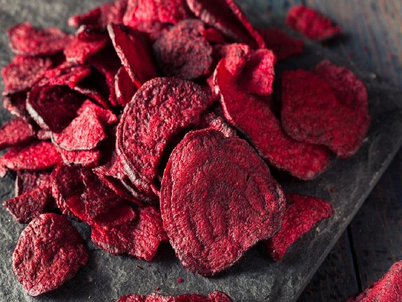 Chips de betteraves : une belle alternative culinaire pour les apéritifs.