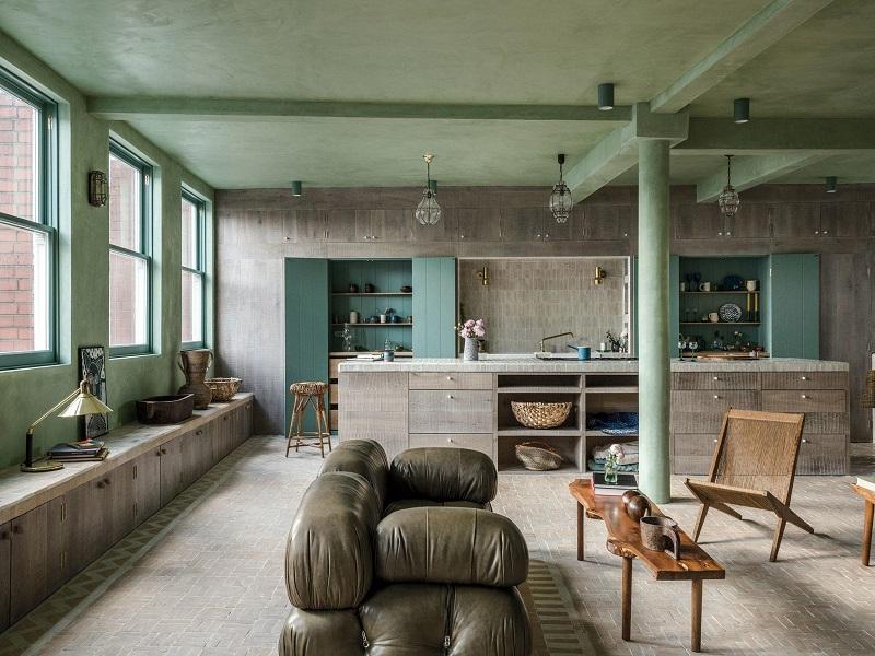 Le canapé en cuir vert olive de la marque Mario Bellini Camaleonda et la table basse en bois de Reynolds of Ludlow constituent le principal espace de vie de l'appartement. Avec une importance accordée à l'harmonie grâce à une maîtrise du volume et de l'espace.