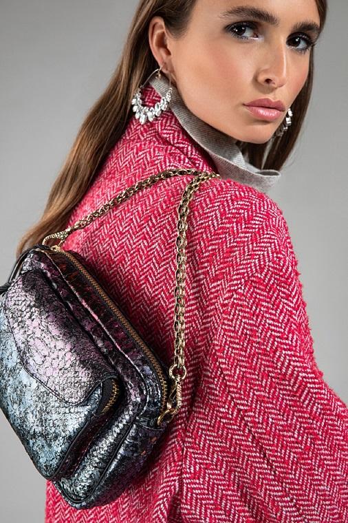 Mannequin en train de poser avec un sac de la marque Lulli.