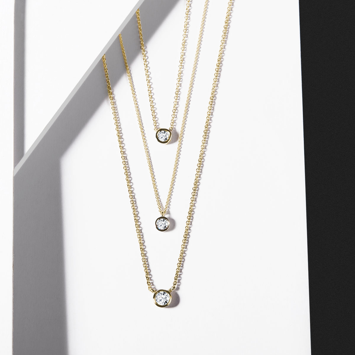 Les pendentifs ornés de diamants sertis clos créent quant à eux une charmante impression
