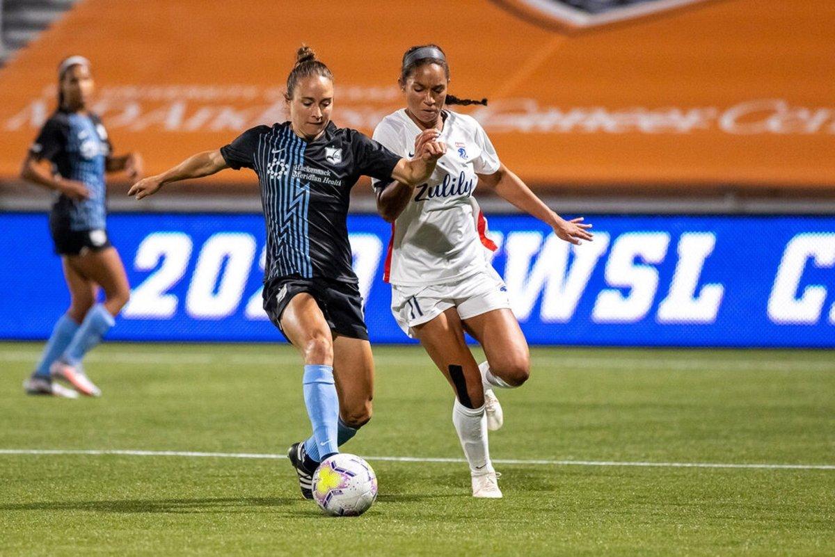 Femmes jouant au football