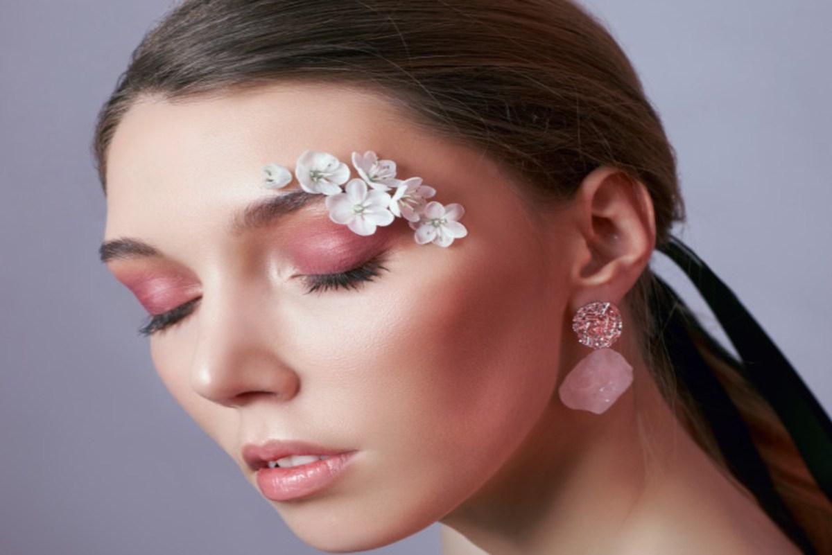 """Le """"Face Flower"""", une tendance fleurissante sur les réseaux sociaux"""