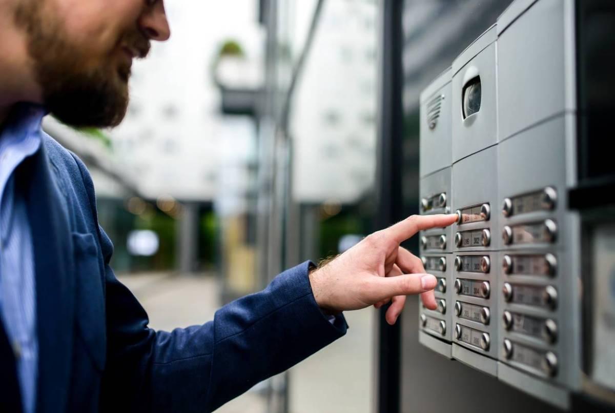 Les différents dispositifs à installer devant sa porte ou son portail pour ne plus rater le livreur