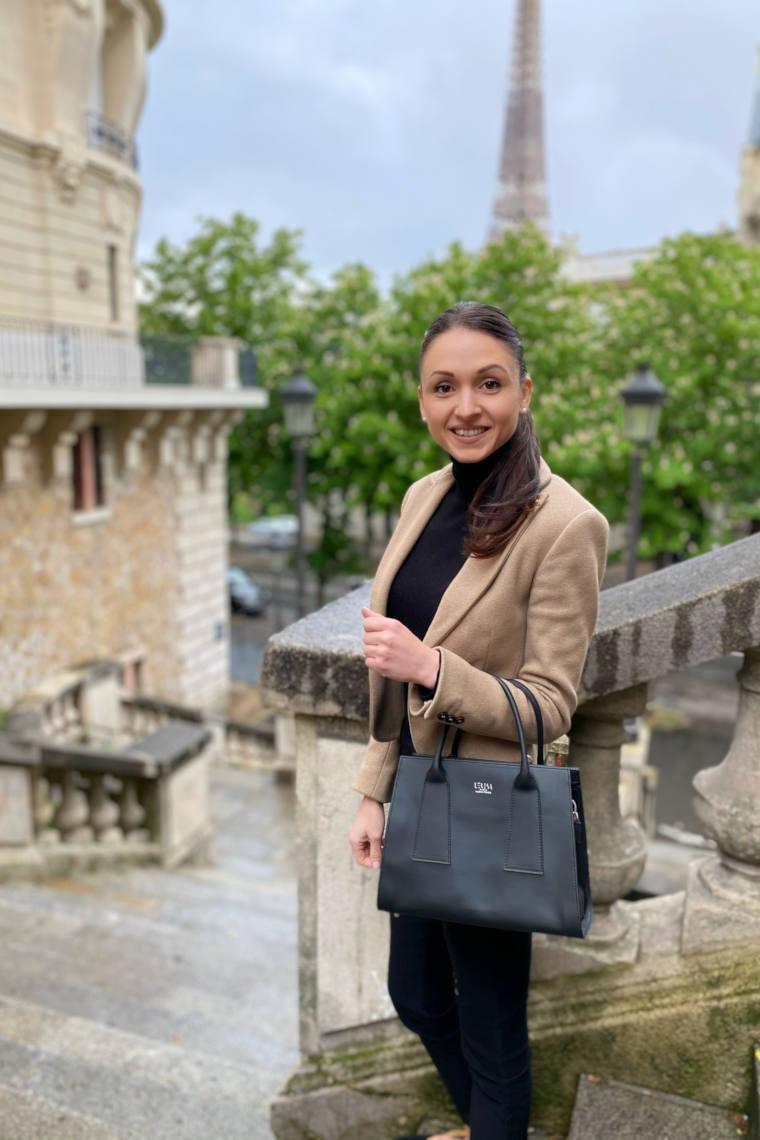 La créatrice de maroquinerie végétale Elsa Ritter posant avec le sac Risa de sa collection en cuir végétal.