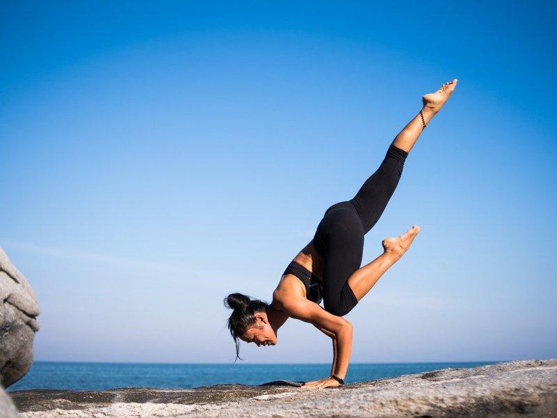 une fille qui fait du yoga