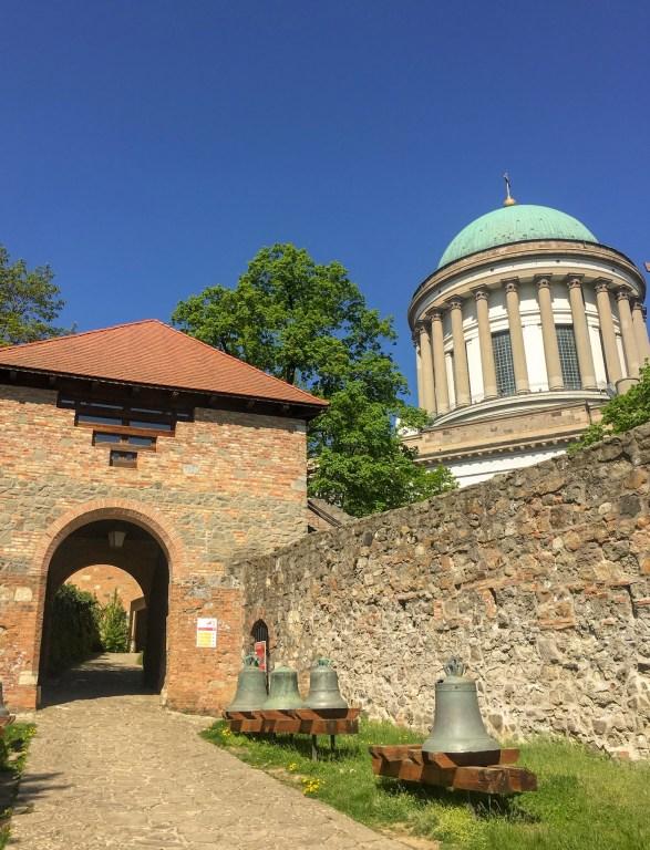 Entrada do Castelo com Basílica ao Fundo