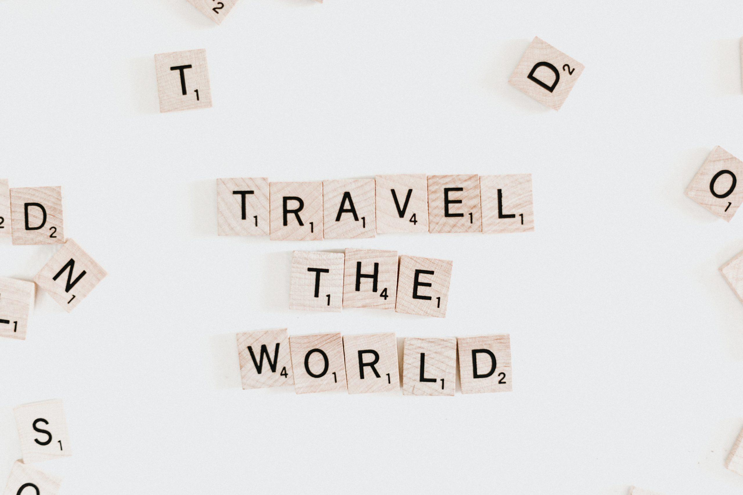 """letrinhas que formam a frase """"travel the world"""