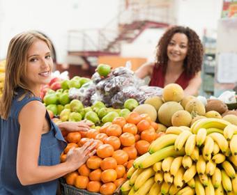 2 femmes dans les rayons Marché Frais, supermarché fruits et légumes de saison