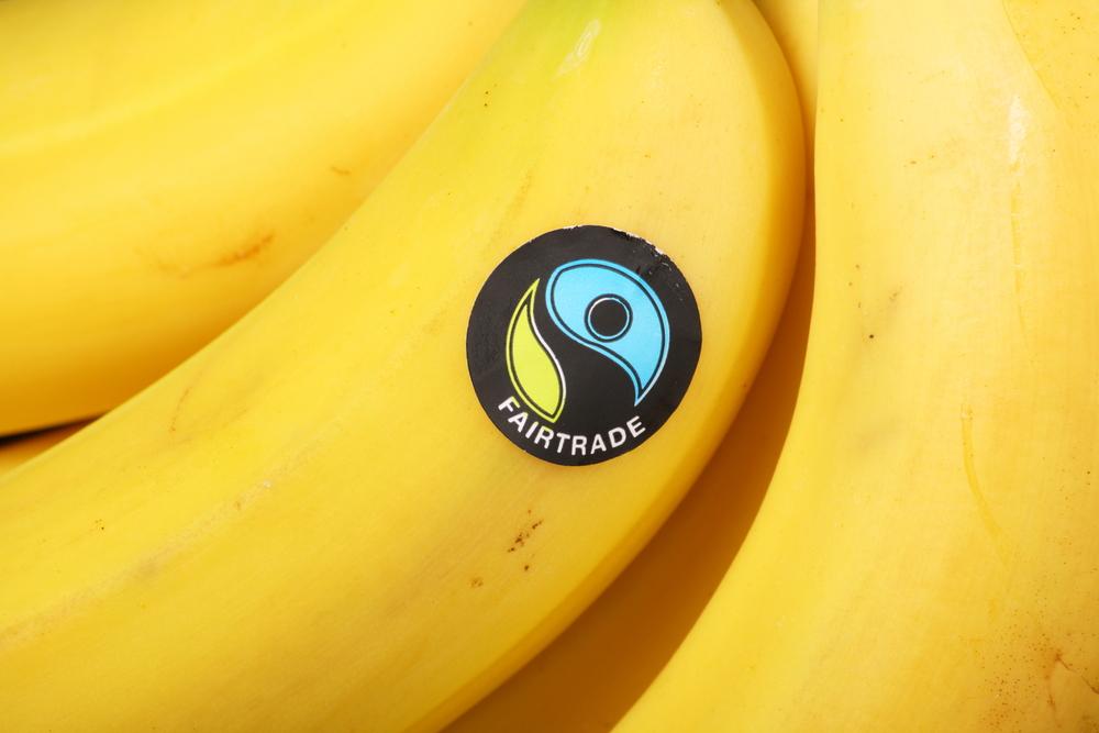 label fairtrade sur des bananes issues du commerce équitable