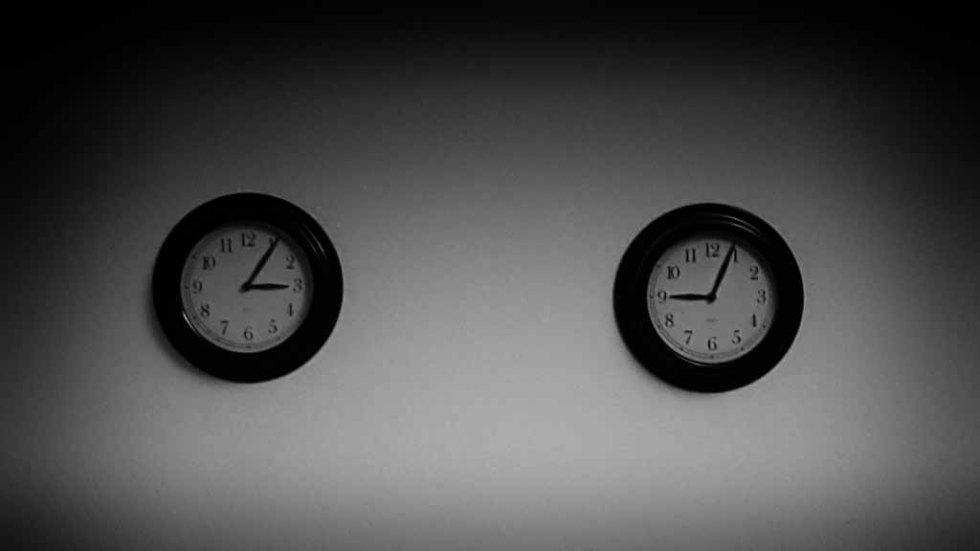 Zwei Zeitzonen, zwei Uhren