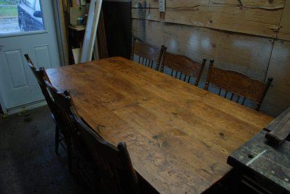 table en pin noueux
