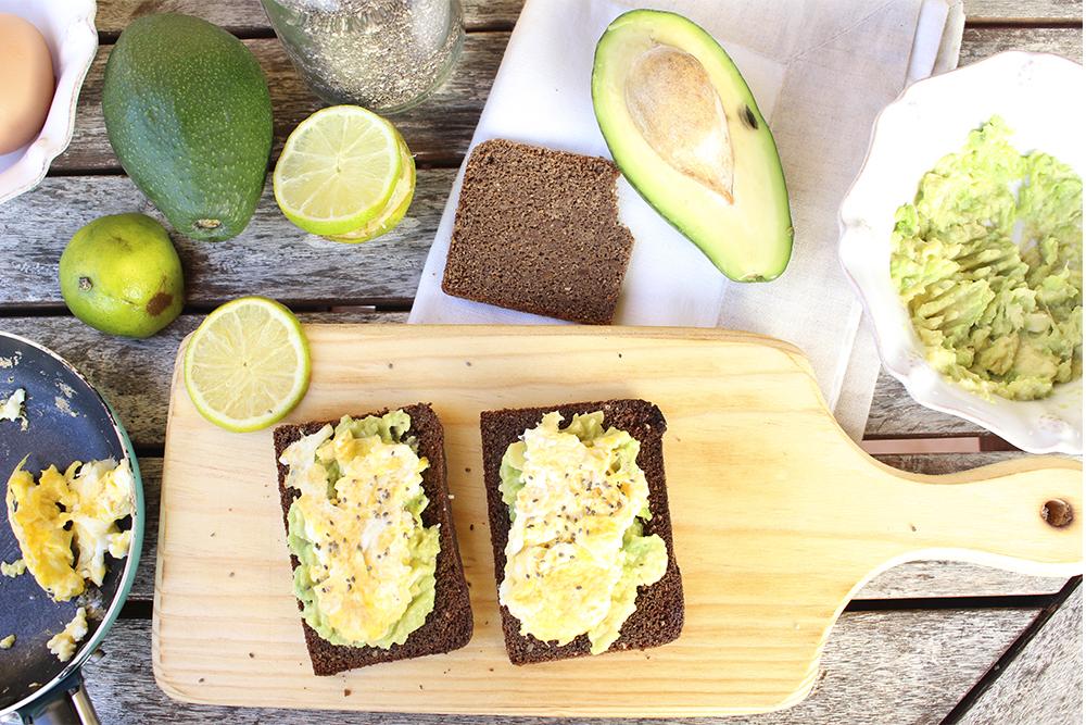 Pão de Alfarroba, abacate, ovo mexido e sementes de chia