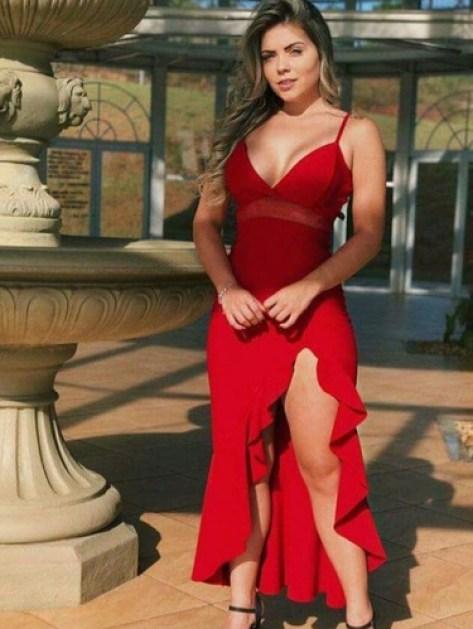 Vestido vermelho com fenda.