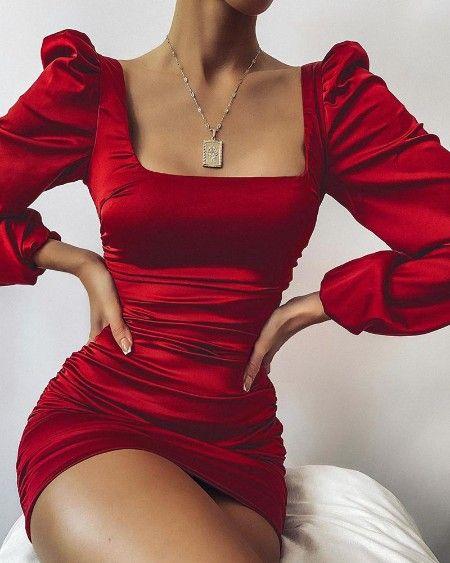 Vestido curto vermelho.