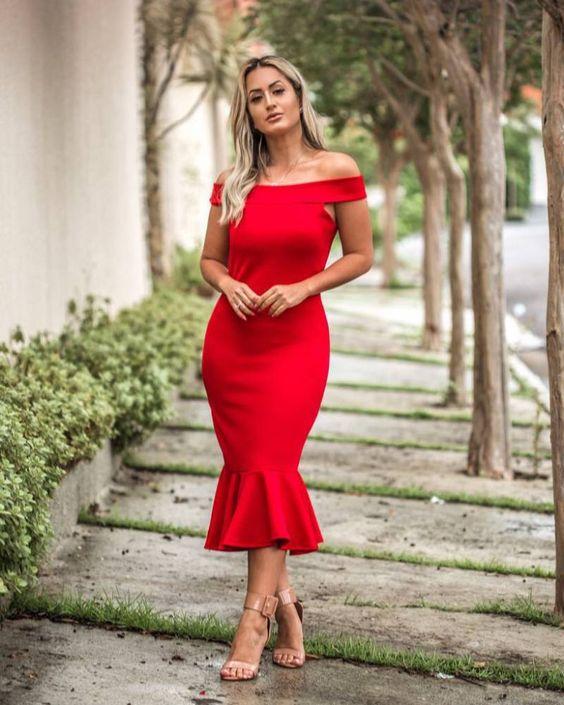 Vestido mídi vermelho.