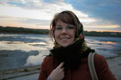 Подмерзшая, но счастливая, стою вечером на правом берегу Томи, близ города Томска.