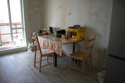 Долгое время мы жили вот так. Большой стол были и кухонной и обеденной зоной одновременно.