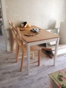 Обеденный стол выглядит так.