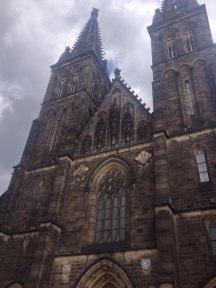 Базилика Святых Петра и Павла во всей красе. Мрачная и высокая постройка. Когда мы подошли к ней, зазвенели колокола на самом верху башен, отбивая очень красивую мелодию.