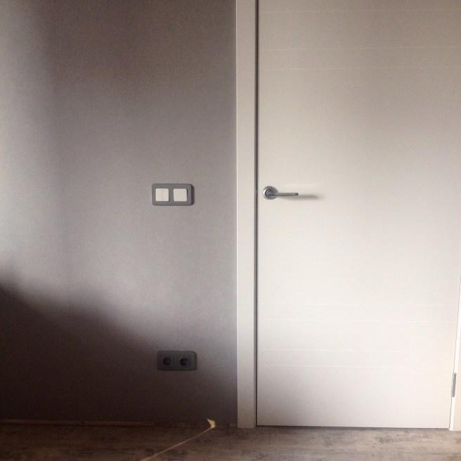 Общий вид обоев с дверьми и полом