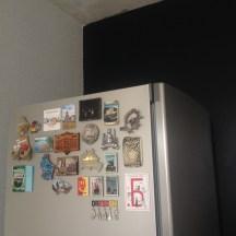Сочетание с обоями и холодильников