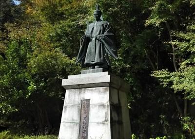 八幡山公園_豊臣秀次公銅像